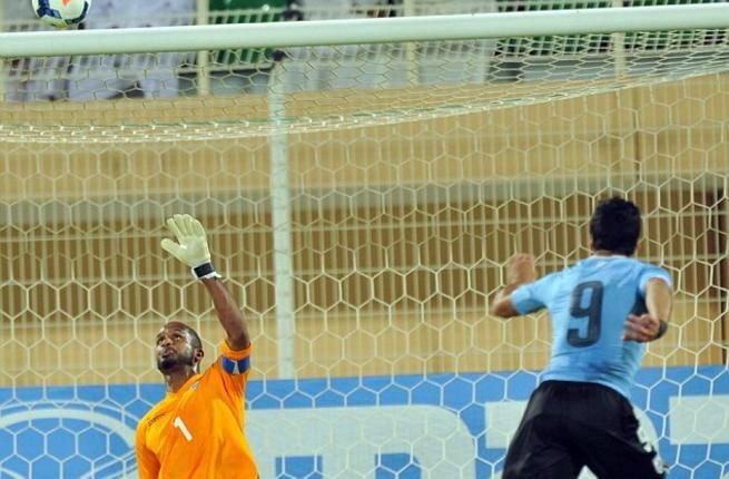 سواريز يسجل مرتين ويقود أوروغواي لفوز كبير على عُمان