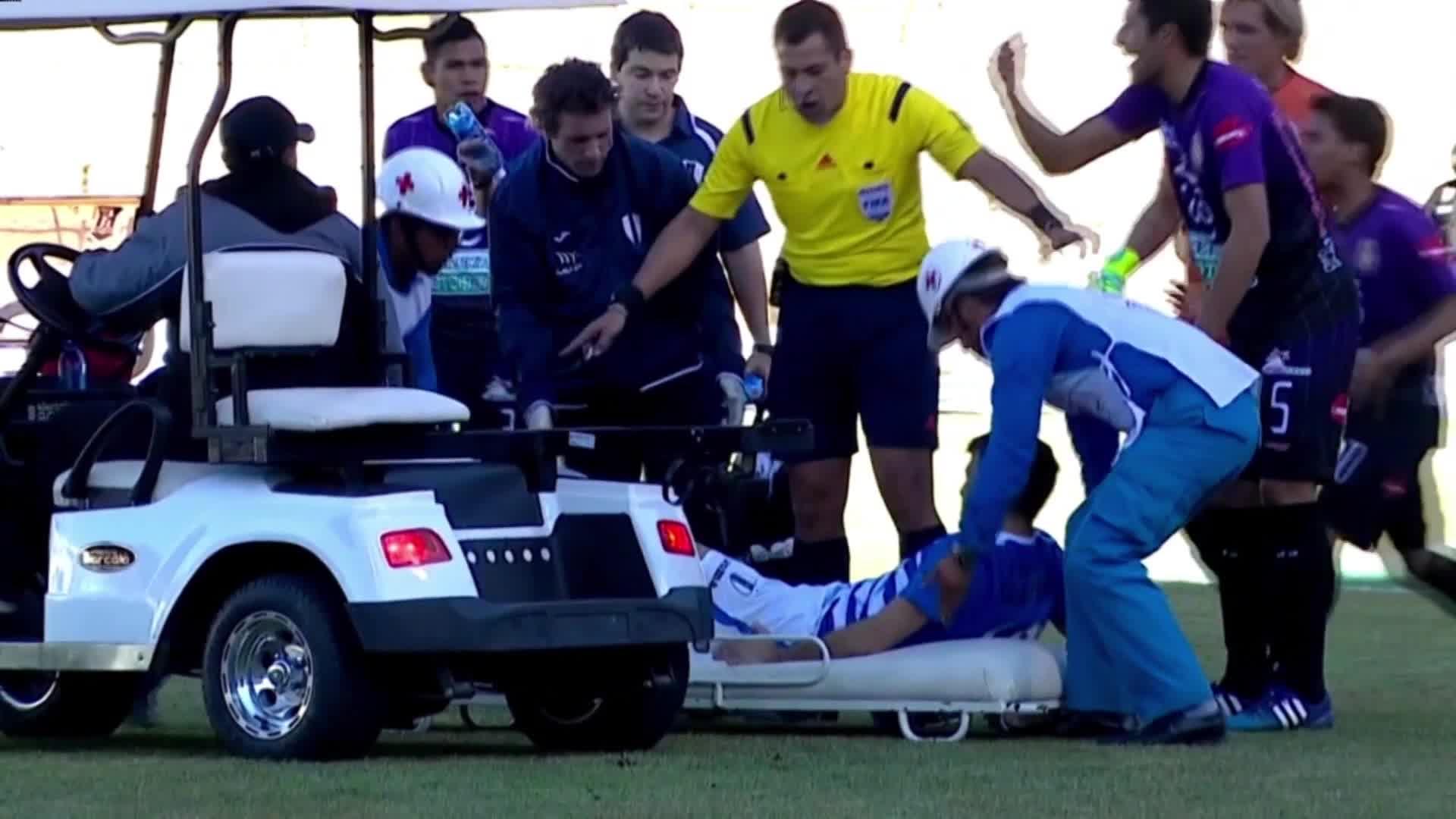 بالفيديو: لاعب يرمي نفسه عن النقالة لإضاعة المزيد من الوقت