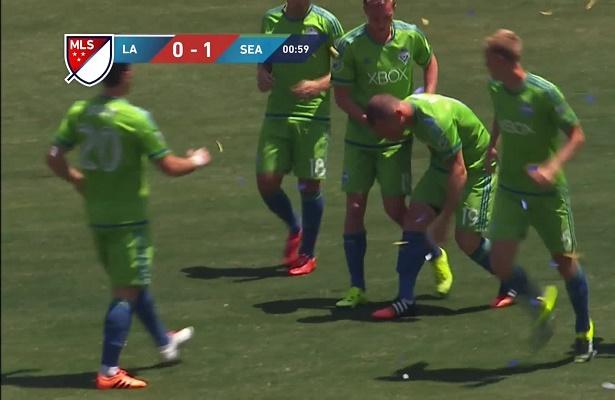 فيديو: لاعب يصاب خلال احتفاله بتسجيل هدف
