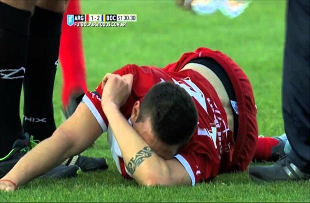 بالفيديو: تيفيز يكسر قدم لاعب فى الدوري الأرجنتيني