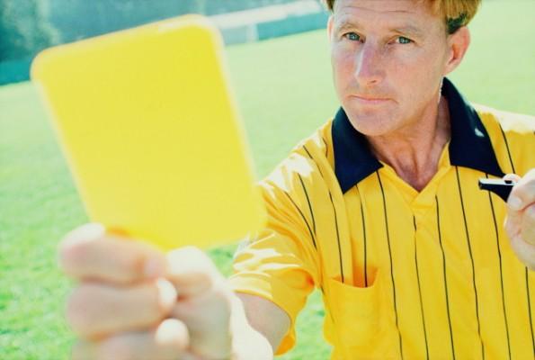 بالفيديو: لاعب يشهر البطاقة الصفراء بدلاً من الحكم