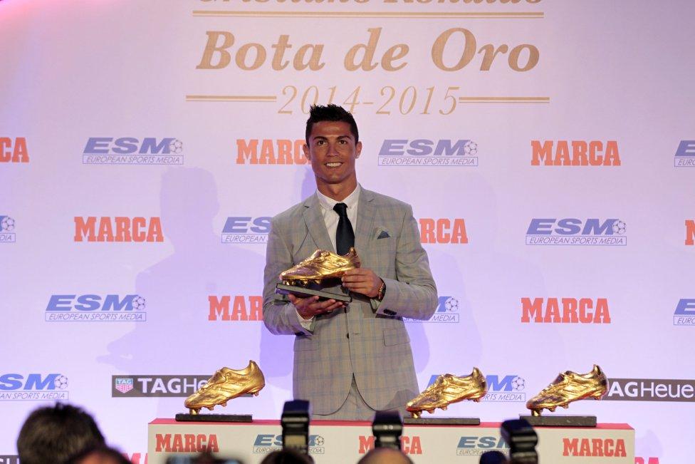 بالصور: رونالدو يتسلم جائزة الحذاء الذهبي للمرة الرابعة