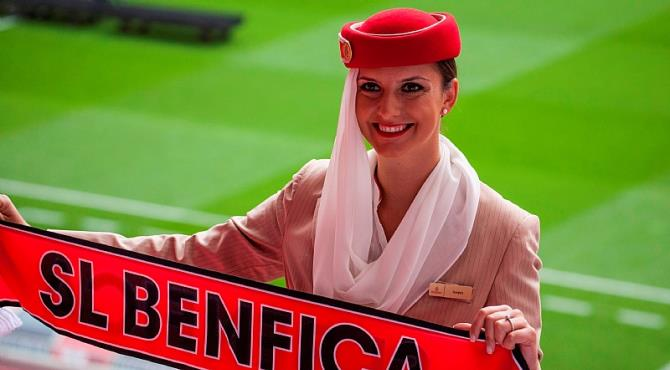 بالفيديو: مضيفات طيران الإمارات يبهرن العالم بعرض على ملعب بنفيكا البرتغالي
