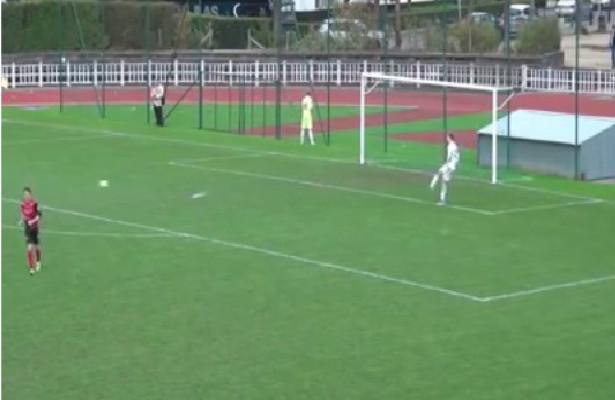 الفيديو: لاعب يفاجئ الجماهير ويقضي حاجته خلال المباراة