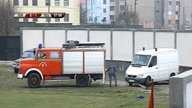 بالفيديو: حافلة الإطفاء تجر سيارة إسعاف لنقل لاعب مصاب