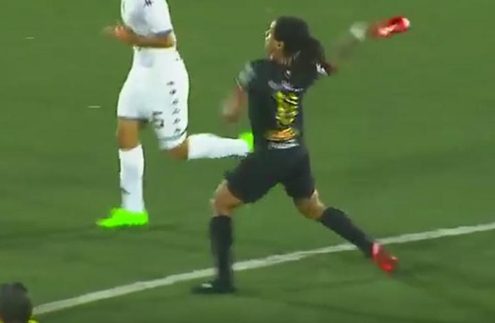 """بالفيديو … لاعب كرة قدم يضرب منافسه بـ """"الحذاء"""" أثناء المباراة"""