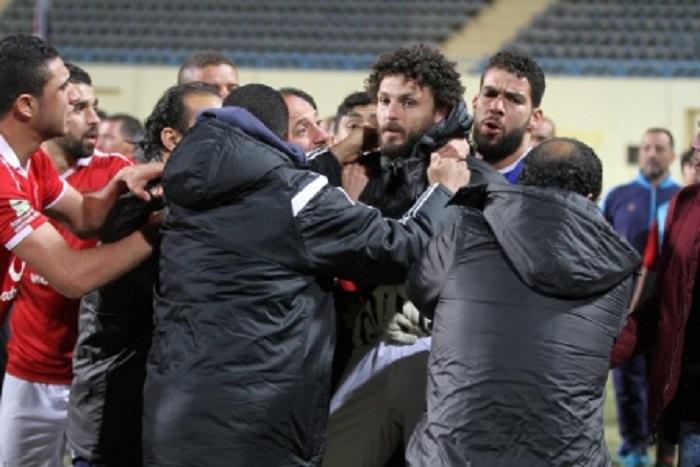 بالفيديو: مشاجرة في الدوري المصري بين لاعبي الأهلي والانتاج