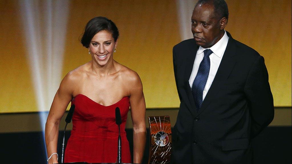 بالصور: رئيس الاتحاد الإفريقي يسترق نظرات محرجة لأفضل لاعبة في العالم