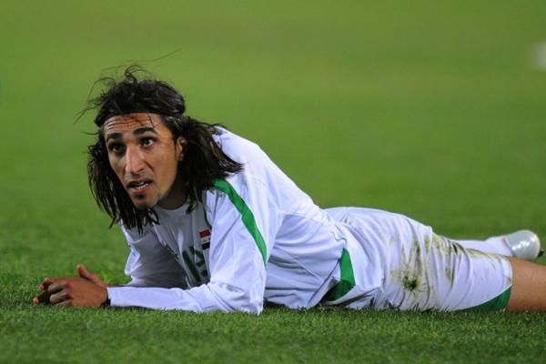 شاهد … مشجع عراقي يعتدي على لاعب أثناء المباراة