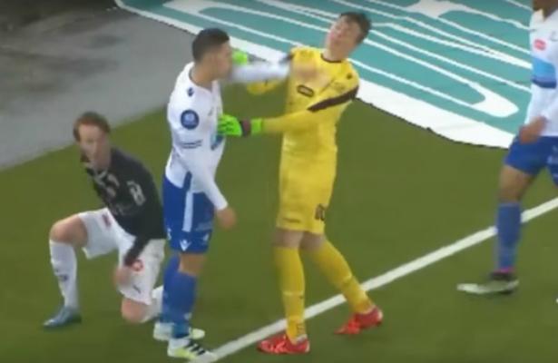 بالفيديو: لاعب يعتدي على زميله والحكم يطرد أحدهما