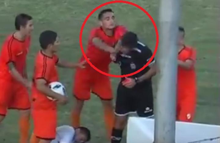 شاهد … لاعب أرجنتيني يوجه لكمة قوية للحكم بعد طرده