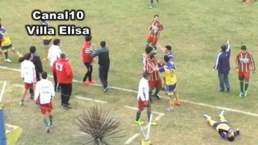 """بالفيديو: وفاة صادمة للاعب أرجنتيني بـ""""ضربة في الرأس"""""""