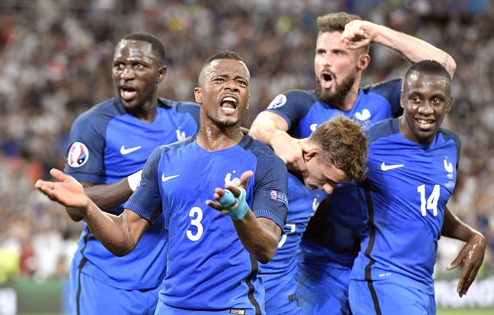 بالفيديو: فرنسا تنجو من فخ السويد بثنائية مثيرة وتنفرد بالصدارة