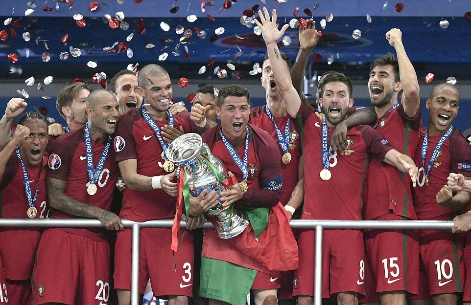صور تتويج منتخب البرتغال بلقب يورو 2016