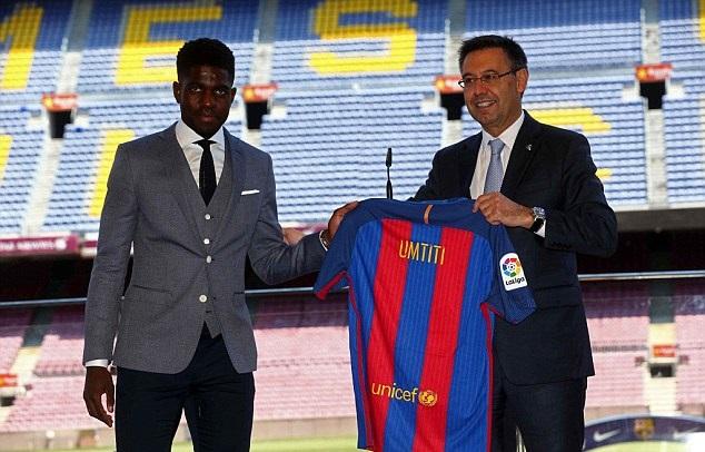 بالصور: برشلونة يقدم لاعبه الجديد أومتيتي