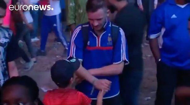 شاهد … طفل برتغالي يواسي شاب فرنسي بعد خسارة نهائي يورو 2016