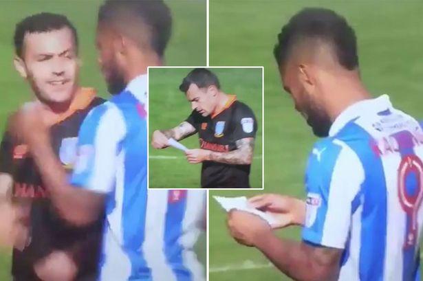 شاهد … لاعب يسحب ورقة تعليمات تكتيكية من خصمه بطريقة مضحكة
