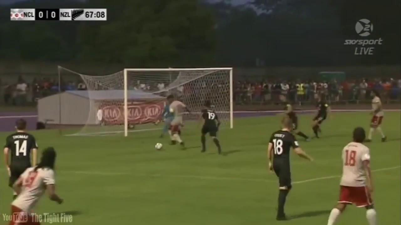 شاهد … مدافع ينقذ فريقه بأعجوبة من هدف محقق