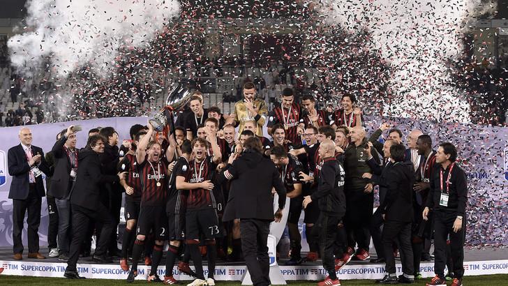 شاهد … تتويج لاعبى ميلان بلقب كأس السوبر الإيطالى للمرة السابعة فى تاريخه