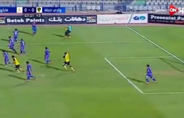 شاهد حارس مرمى مصري يرتكب خطأ كوميدياً !!!