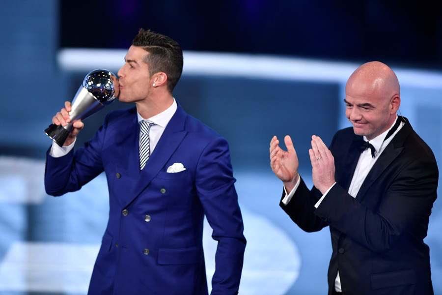 عاجل ورسمياً … كريستيانو رونالدو يفوز جائزة أفضل لاعب في العالم
