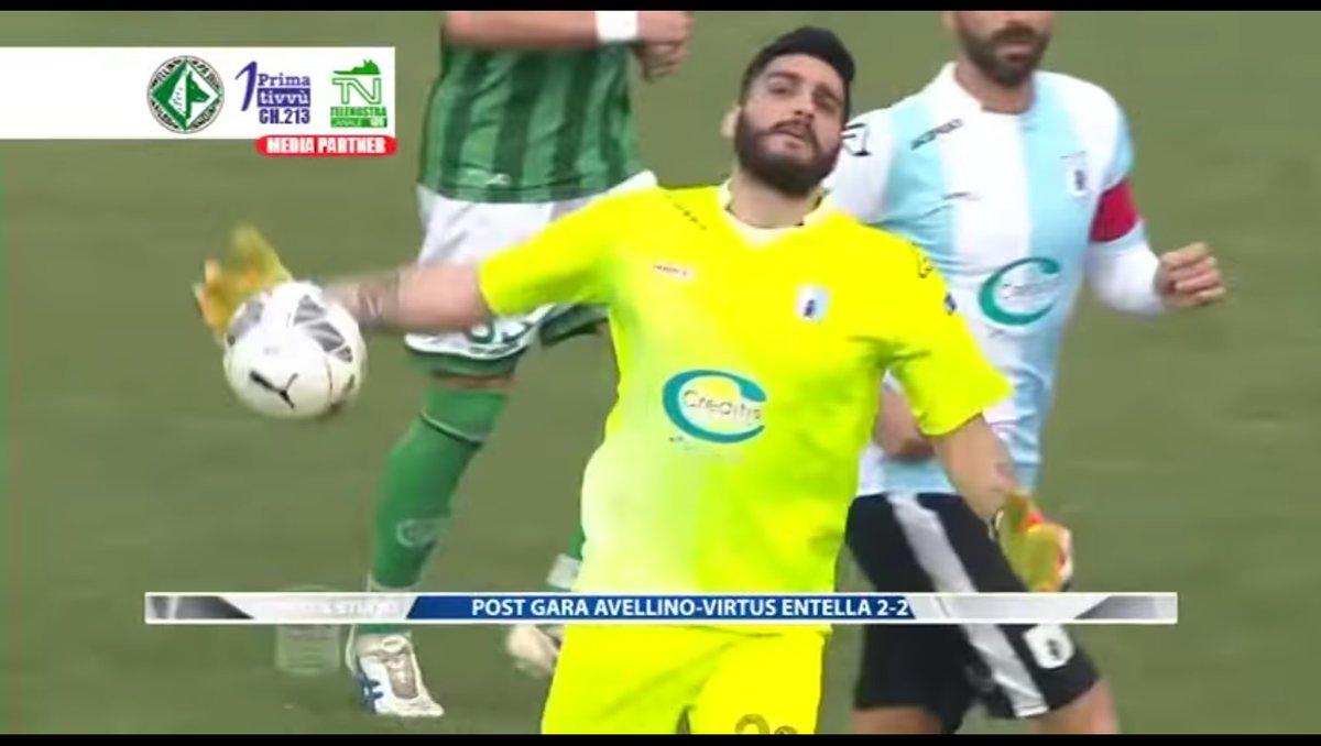 شاهد … حارس مرمى ايطالي يهدي المنافس هدفاً كوميدياً