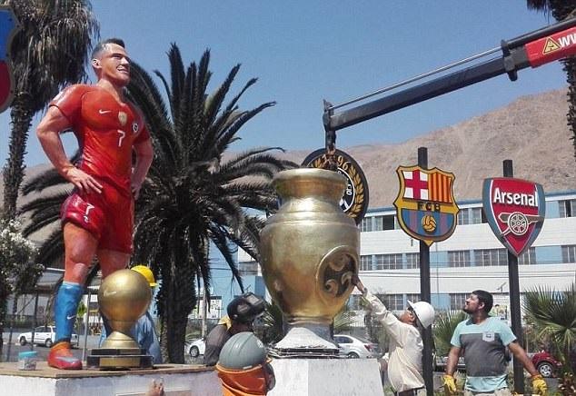 بالصور … أليكسيس سانشيز يفتتح تمثاله الخاص في تشيلي
