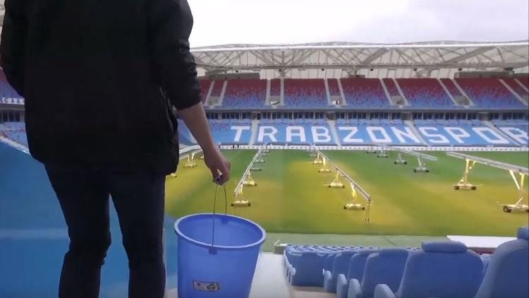 شاهد … نادٍ تركي يعاقب مشجعه بتنظيف 10 آلاف كرسي !!!