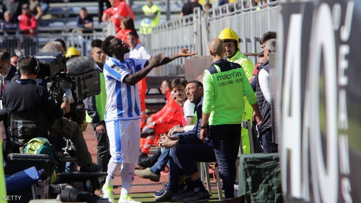 شاهد … لاعب غاني يترك الملعب اعتراضاً على عنصرية جماهير الفريق المنافس