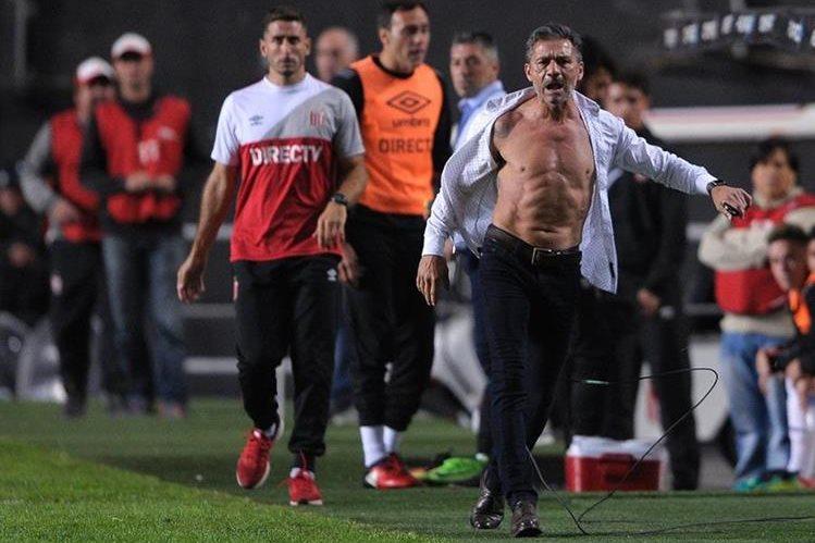 شاهد … مدرب يمزق قميصه بعد أن إستشاط غضباً من الحكم