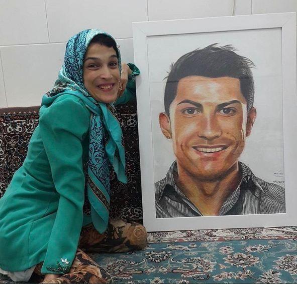 شاهد … فنانة إيرانية ترسم كريستيانو رونالدو بقدمها