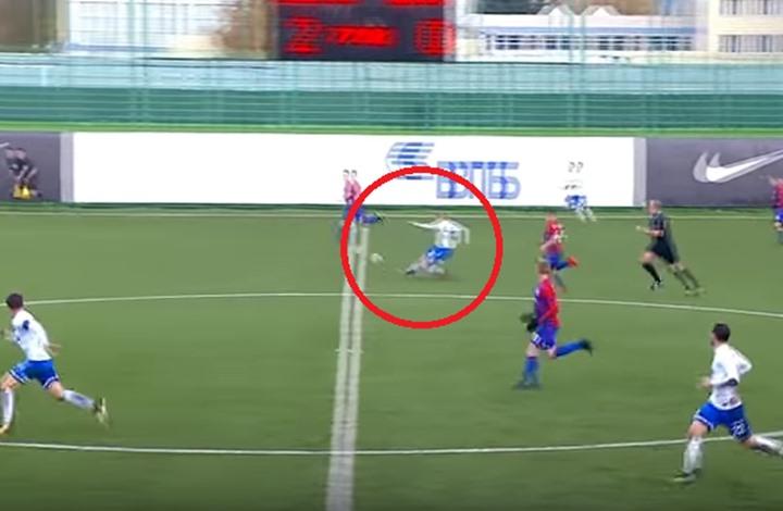 شاهد … لاعب روسي يسجل هدفاً عالمياً من منتصف الملعب