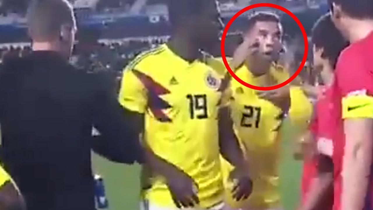 شاهد … لاعب كولومبى يستفز الكوريين بإشارة عنصرية