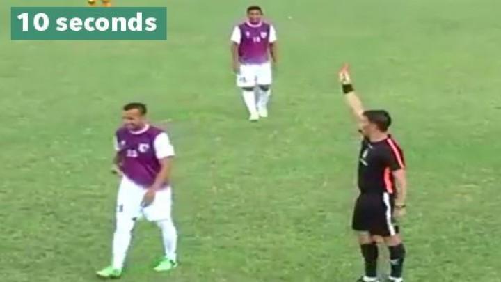 شاهد … طرد لاعب بعد 10 ثوانٍ من دخوله أرضية الملعب