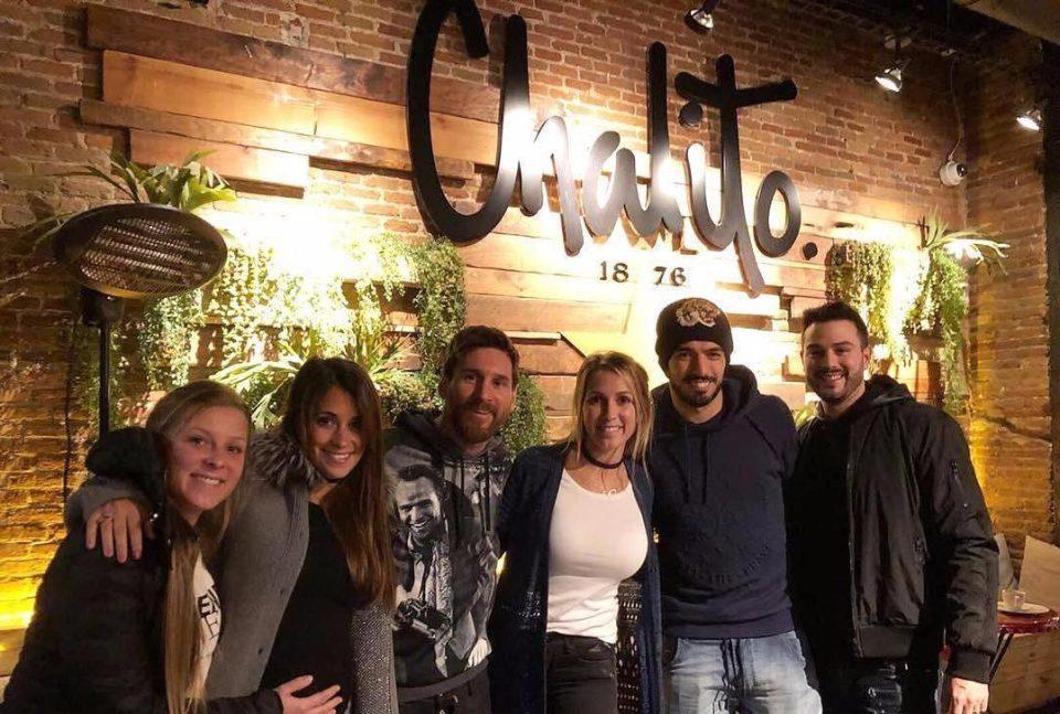 """شاهد …  نجوم برشلونة فى زيارة لمطعم سواريز """"تشاليتو"""""""