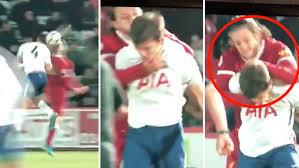 شاهد … لاعب ليفربول يفقد عقله داخل أرضية الملعب