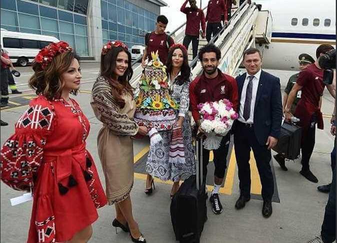 شاهد … الحسناوات والورود في استقبال محمد صلاح قبل نهائي دوري الأبطال