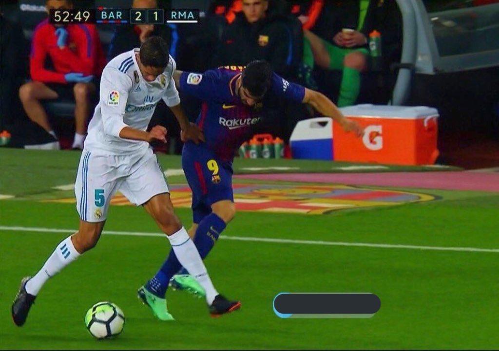 شاهد … سخط جماهير ريال مدريد على حكم الكلاسيكو بسبب الهدف الثاني للبرشا