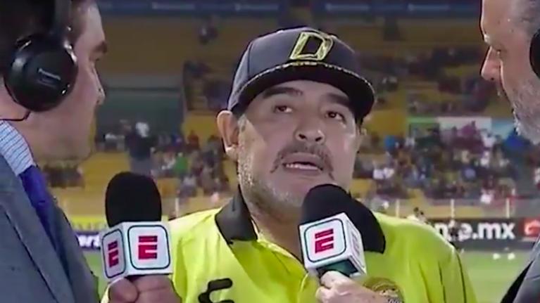 شاهد … مارادونا يرتبك بشكل مضحك خلال لقاء تليفزيوني