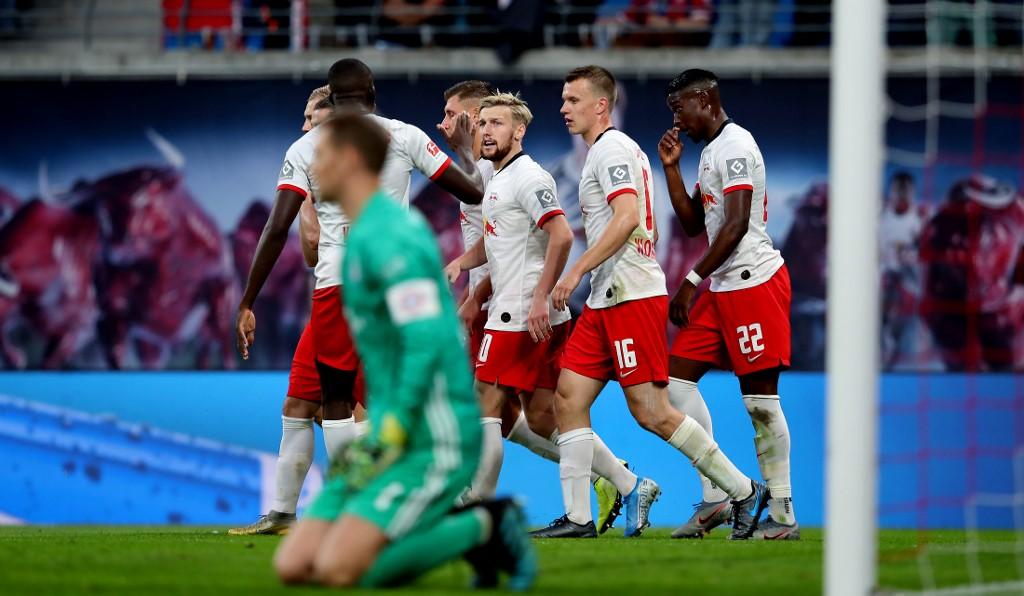 بايرن ميونخ يسحق شالكة بثلاثية في الدوري الألماني
