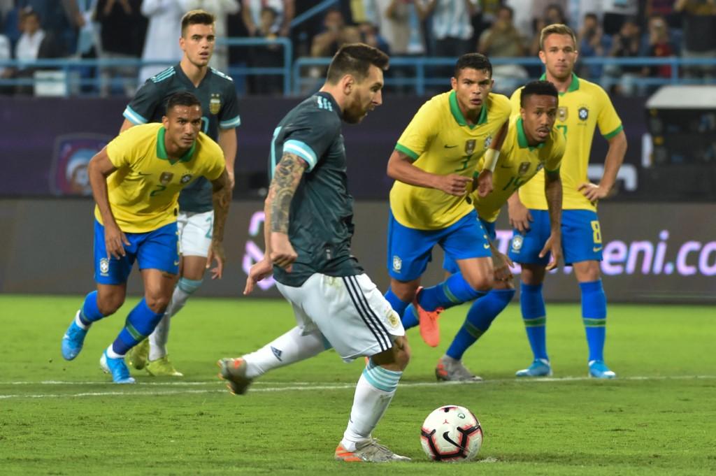 الأرجنتين تتوج بكأس سوبر كلاسيكو بهدف ميسي في البرازيل