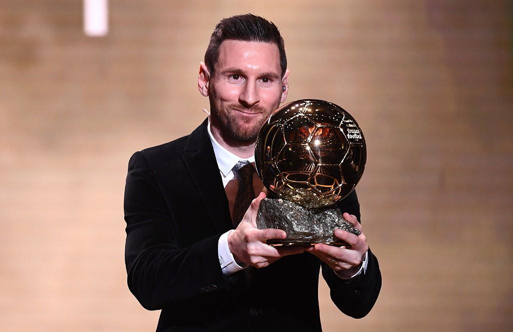 رسمياً … ليونيل ميسي يفوز بجائزة الكرة الذهبية للمرة السادسة في تاريخه